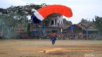 Terjun Payung Ramaikan Hari Bakti TNI AU ke-72