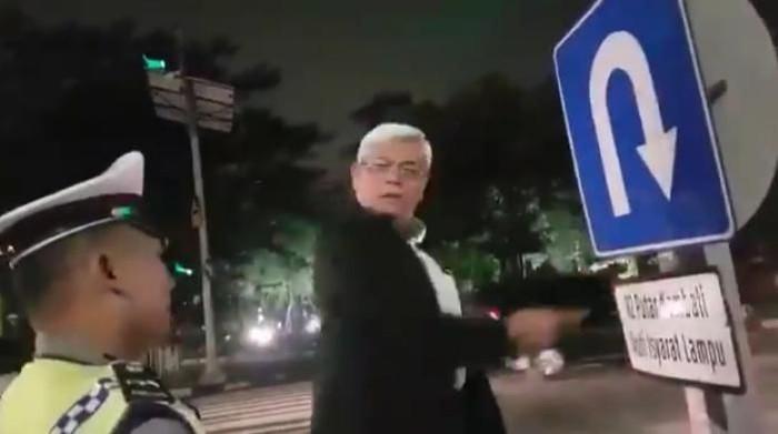 Saat pria yang mengaku profesor ceramahi Polantas/Foto: Tangkapan Layar