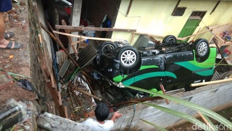 Sebuah MPV di Trenggalek Oleng Hingga Timpa Rumah Warga