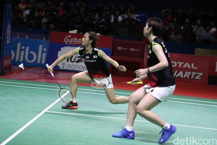 Yuki/Sayaka menang 21-16, 21-18.