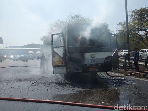 Proses pemadaman bus yang terbakar/