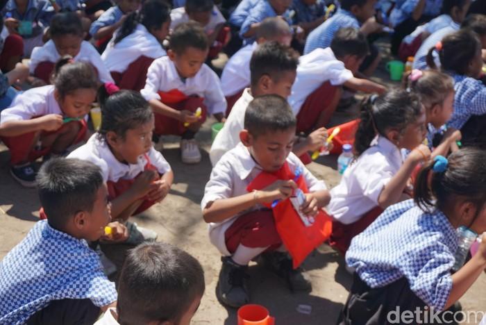 Puluhan anak-anak SD di Pulau Rinca, Manggarai Barat, Nusa Tenggara Timur (NTT) antusias belajar menyikat gigi. Mereka terlihat bersemangat mengikuti petunjuk dokter gigi yang memberi arahan. (Foto: Aditya Mardiastuti/detikHealth)