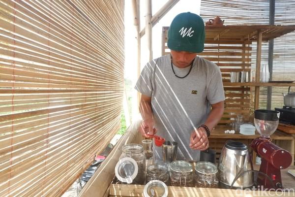 Bangunan bagian depan digunakan untuk minum kopi lokal Banjarnegara. Homestay itu baru digunakan sekitar 2 bulan lalu (Uje Hartono/detikcom)