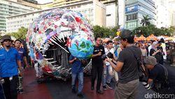 Ditemani Monster Plastik, Menteri Susi Hadir di Pawai Bebas Plastik