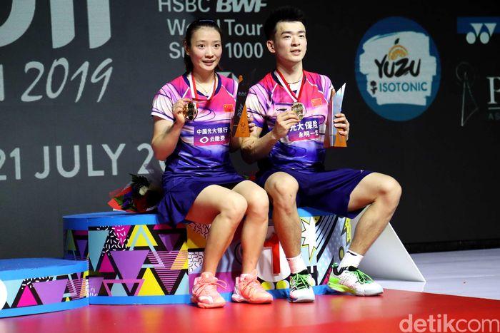 Zheng Si Wei/Huang Ya Qiong saat berfoto di podium usai meraih gelar juara ganda campuran Indonesia Open 2019.