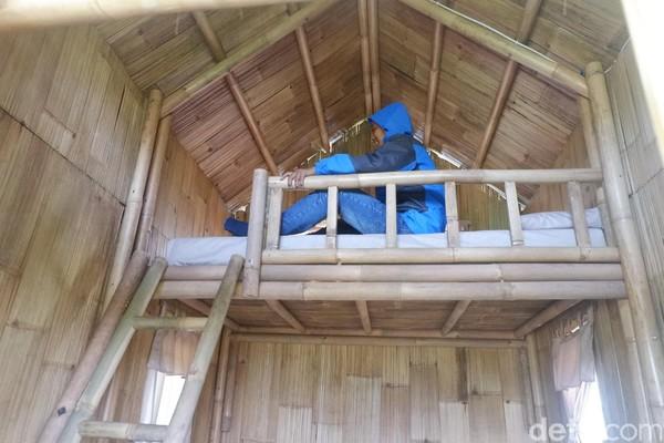 Semua bagian menggunakan bambu mulai dari tiang, pagar hingga atap. Mikroba menonjolkan suasana kampung dengan mengajak wisatawan keluar di malam hari untuk menikmati perapian sambil menikmati jagung bakar bersama (Uje Hartono/detikcom)