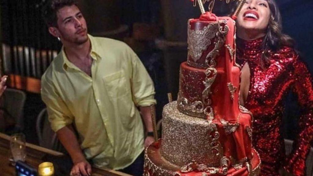 Kulineran Cut Keke hingga Kue Ulang Tahun Mewah Priyanka Chopra