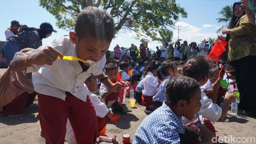 Antusias Anak dan Orang Tua di Pulau Rinca Belajar Sikat Gigi