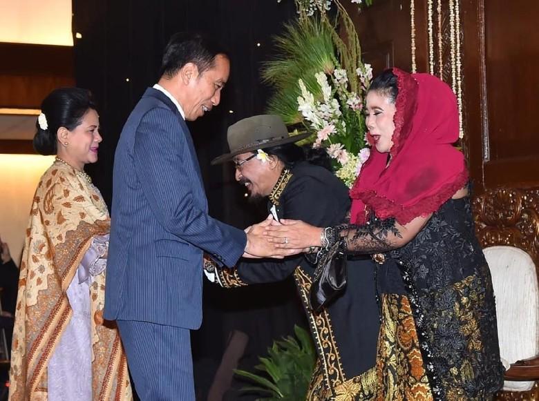6 Fakta Sujiwo Tejo, Budayawan yang Baru Saja Nikahkan Putrinya Foto: Jokowi hadiri pernikahan anak Sujiwo Tejo (Dok. Istimewa)