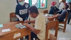 Cuaca yang panas tak menyulutkan senyum puluhan anak-anak SD di Pulau Rinca, Manggarai Barat, Nusa Tenggara Timur (NTT) yang antusias belajar menyikat gigi.