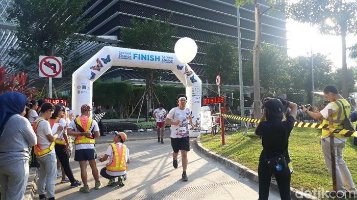 Seorang peserta melintasi garis finish (Foto: Kintan Nabila/detikHealth)