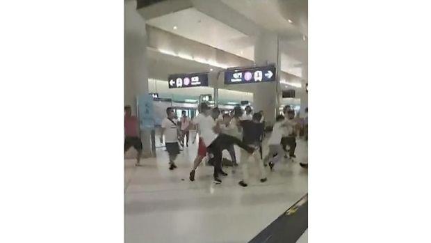Sekelompok pria berbaju putih menyerang orang-orang di dalam stasiun MRT Yuen Long