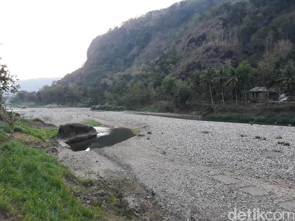 Bahkan, susutnya debit air membuat sungai itu berubah menjadi padang batu. (Pradito Rida Pertana/detikcom)