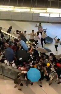 Gerombolan pria berpakaian putih menyerang para demonstran dan warga yang ada di stasiun MRT Yuen Long pada Minggu (21/7) malam