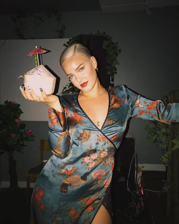 Anne-Marie Rose Nicholson, atau akrab disapa Anne-Marrie memulai karirnya di tahun 2013 lalu. Kini ia terkenal dengan beberapa lagu hits seperti Rockabye hingga Ciao Adios. Foto: Instagram @annemarie