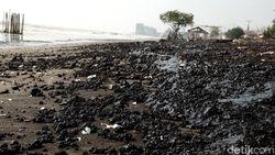 Sejumlah Pantai di Karawang Ditutup Gegara Tercemar Tumpahan Minyak