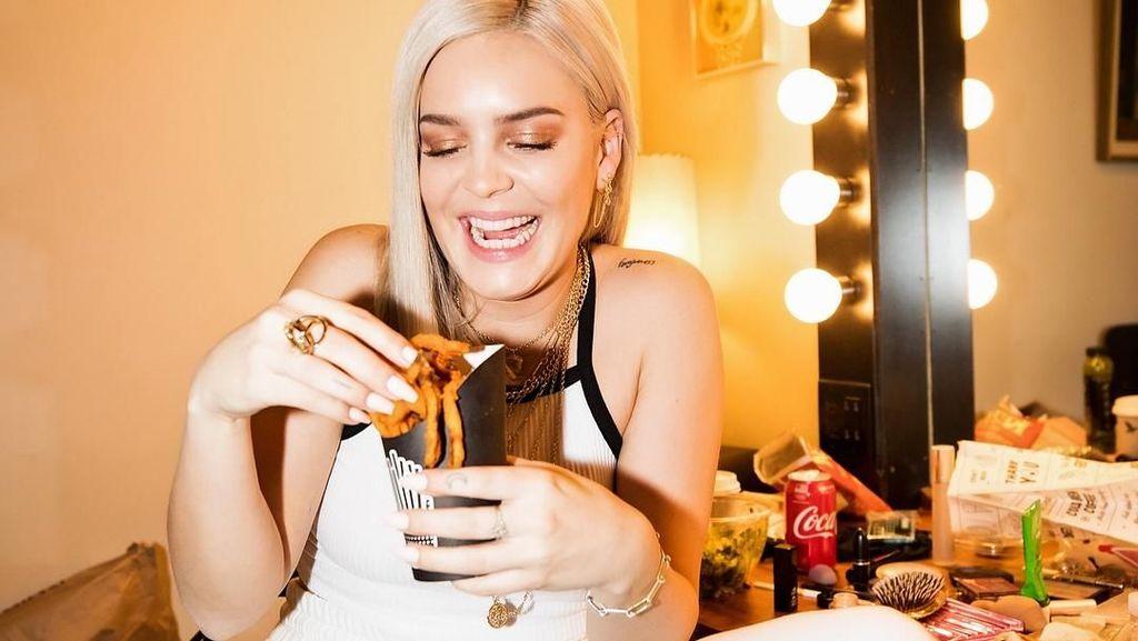 Sukses Manggung di WTF, Anne-Marie Ternyata Hobi Makan Donat dan Es Krim