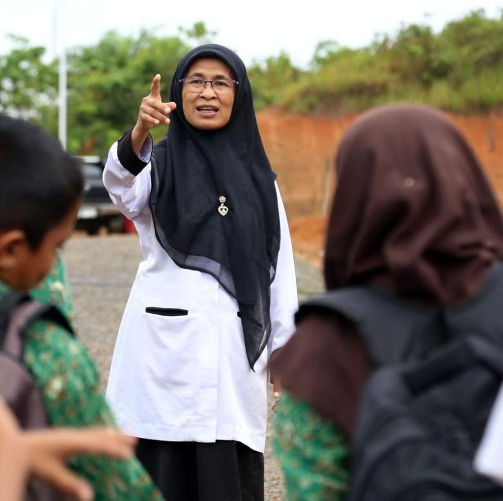Pensiunan Dosen, Alih Profesi Jadi Bidan Bangun Sekolah Tapal Batas