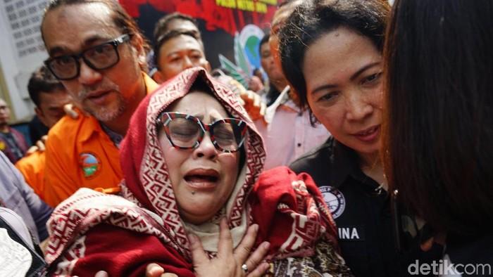 Nunung dilaporkan hampir pingsan saat menangis (Foto: Palevi S/detikFoto)