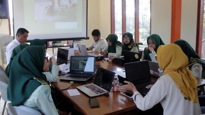 PT Estika Tata Tiara Tbk  (KIBIF) memfasilitasi tujuh mahasiswa Politeknik Pembangunan Pertanian (Polbangtan) Bogor, Jawa Barat, mengikuti  program vokasi lewat Praktik Kerja Lapangan.   PKL itu digelar dan berlangsung selama kurang lebih dua bulan untuk para mahasiswa mengetahui alur kerja yang dilakukan di peternakan ini.