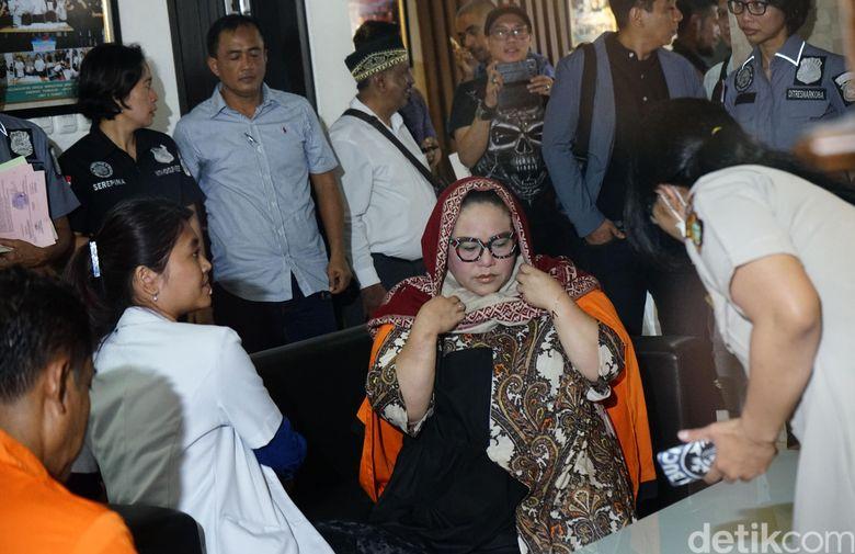 Nunung saat ditemui jelang acara jumpa pers atas kasus narkoba yang menjeratnya di Polda Metro Jaya pada Senin (22/7). Pool/Palevi S/detikFoto.
