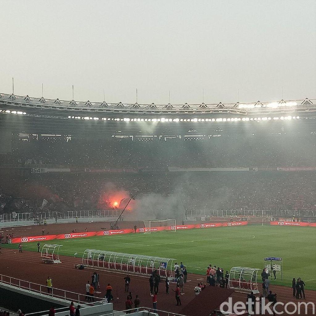 Flare Menyala di Pesta Kemenangan Persija atas PSM