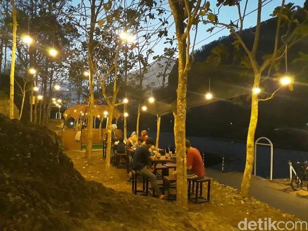 Apabila pengunjung lelah dan ingin beristirahat dapat mengunjungi kedai Via Ferrata yang tepat berada di pinggir Sungai Oya. (Pradito Rida Pertana/detikcom)