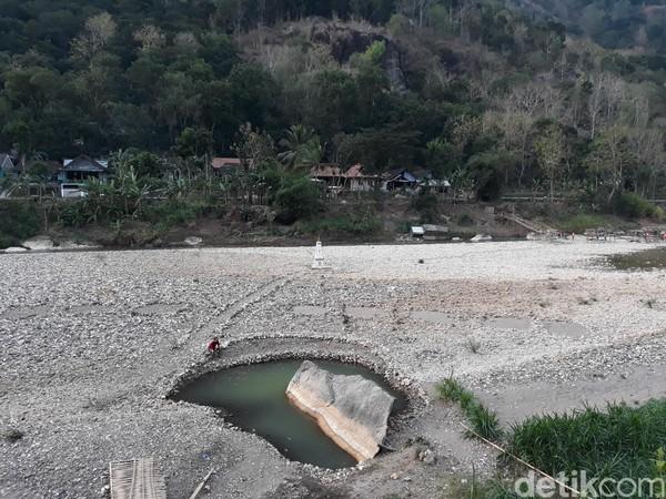 Musim kemarau yang datang lebih awal membuat debit air di aliran Sungai Oya, Dusun Jetis, Desa Selopamioro, Kecamatan Imogiri, Bantul menyusut drastis. (Pradito Rida Pertana/detikcom)