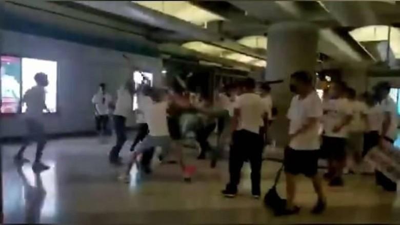 Demonstran Hong Kong Diserang Gerombolan Pria Berbaju Putih, 45 Orang Luka