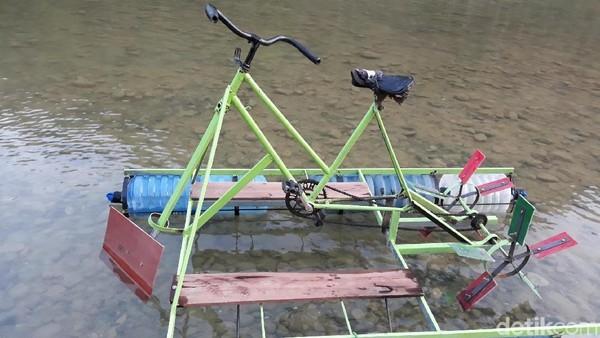 Ponijo melanjutkan, ide pembuatan wahana itu muncul saat para pemuda RT.4, Dusun Wunut, Desa Sriharjo, Kecamatan Imogiri, Kabupaten Bantul menonton video sepeda air di YouTube. Merasa tertarik, pemuda setempat lantas mencari video mengenai cara pembuatan sepeda air (Pradito/detikcom)