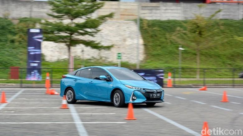 Mobil ramah lingkungan Toyota Prius Plug-in Hybrid Electric Vehicle yang tidak memiliki suara dalam mode EV-nya.Foto: Toyota