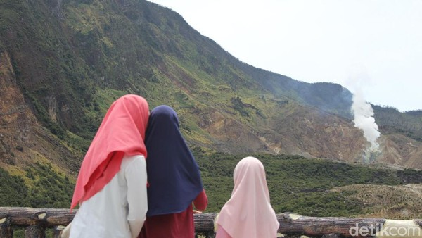 Para wisatawan pun tidak lupa menikmati pemandangan dengan kerabat. Jangan lupa membawa pakaian hangat ya! (Hakim Ghani/detikcom)