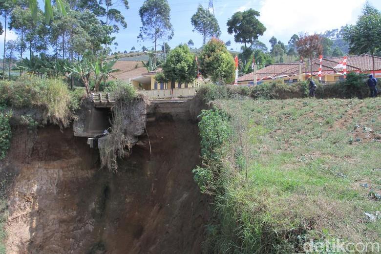 4 Bulan Ambrol, Tebing Sedalam 30 Meter di Kertasari Belum Diperbaiki