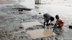 Pesisir Pantai Karawang Menghitam Tercemar Kebocoran Minyak Mentah