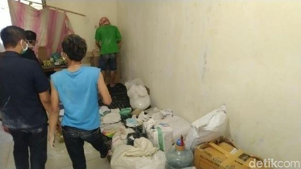Penggerebekan rumah produksi obat ilegal di Demak.