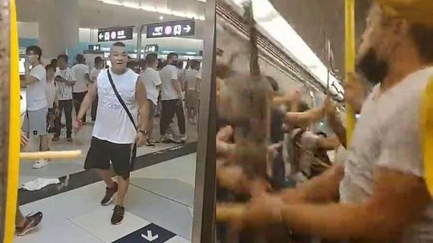 Massa Berbaju Putih menyerang orang-orang di dalam kereta bawah tanah Hong Kong