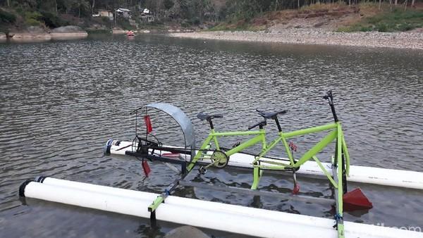 Biaya sewa sepeda air adalah Rp 5 ribu per orang, sudah termasuk sewa rompi pelampung (Pradito/detikcom)