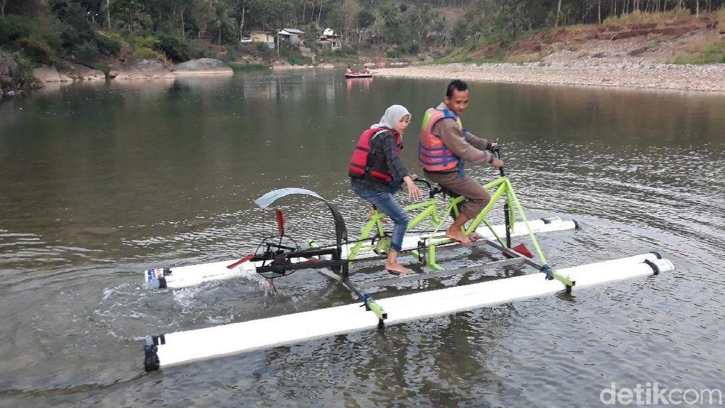 Asyiknya Naik Sepeda Air di Sungai Oya Bantul