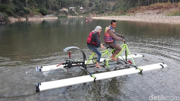 Sepeda itu berupa 2 unit sepeda yang dilas dengan beberapa potongan besi sehingga saling berhubungan. Sedangkan agar bisa dikendarai di atas air, sebuah kincir air dari bahan fiber terpasang di bagian belakang sepeda (Pradito/detikcom)