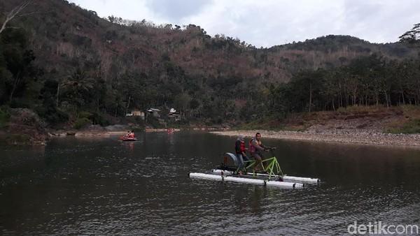 Sesampainya di wahana itu, pengunjung akan dimanjakan dengan jernihnya air di Sungai Oya. Tampak pula beberapa kano dan 2 unit sepeda air yang terparkir di Sungai tersebut (Pradito/detikcom)