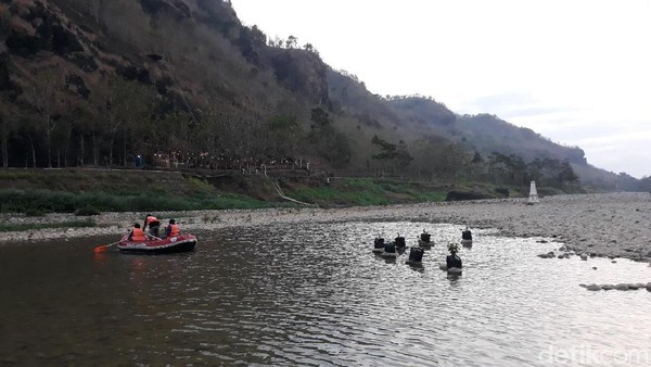 Wahana sepeda air ini buka dari pagi hingga menjelang Maghrib (Pradito/detikcom)