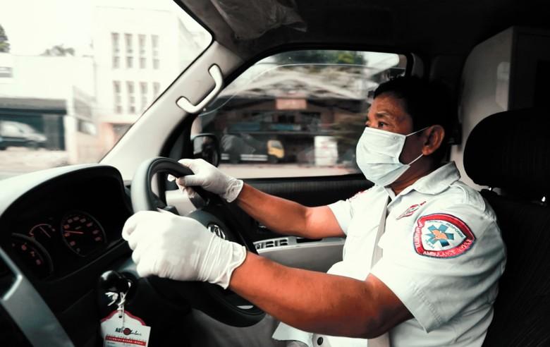 Kisah Haru Sopir Ambulans 24 Jam yang Bikin Kejutan ke Buah Hati