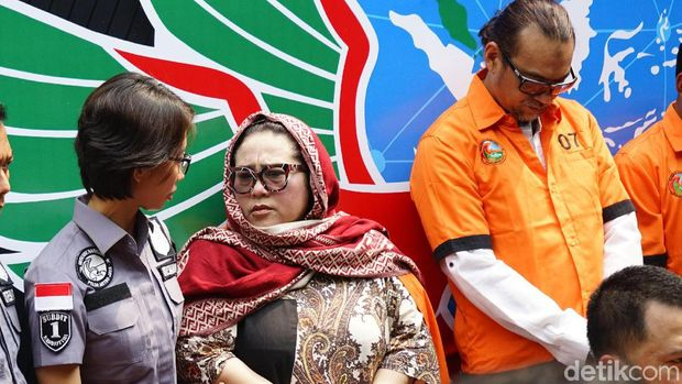Nunung beserta suami saat rilis narkoba di Polda Metro Jaya.