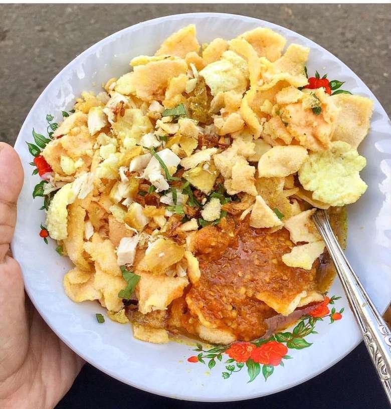 Ciri khas bubur ayam Sukabumi memakai topping berlimpah. Selain kerupuk dan irisan daun bawang, irisan cakue jadi ciri khasnya. Foto : Instagram @ari_dnd
