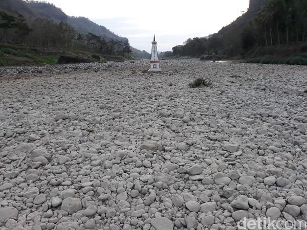 Untuk mempercantik sungai, replika Tugu Pal Putih pun tak ketinggalan menjadi penghias di tengah-tengah padang batu Sungai Oya. (Pradito Rida Pertana/detikcom)