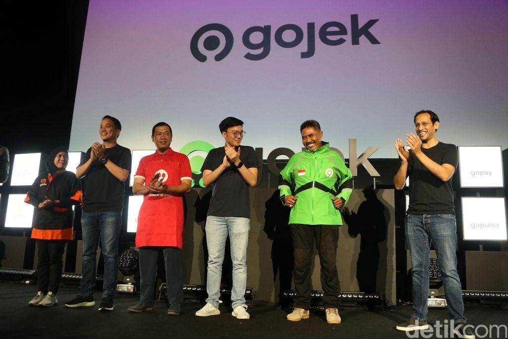 Founder & CEO Gojek Nadiem Makarim meresmikan logo baru di kantornya di Pasaraya Blok M, Jakarta, Senin (22/7/2019).