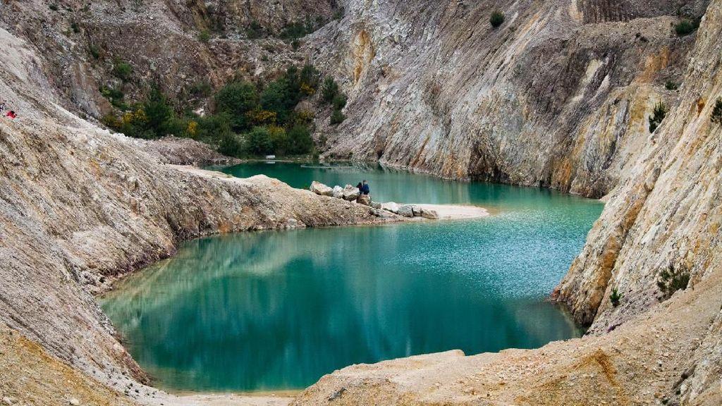 Renang di Danau Cantik Tapi Beracun, Turis Masuk Rumah Sakit