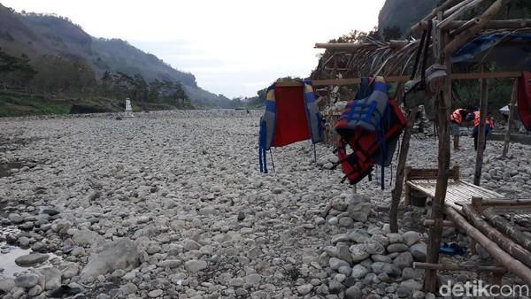 Setelah beberapa menit menyusuri jalan tersebut, pengunjung akan menemukan sebuah jembatan bambu di pinggir jalan. Jembatan itu mengarah ke sungai Oya dan menjadi gerbang masuk ke wahana sepeda air (Pradito/detikcom)