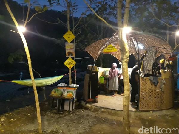Kedai tersebut menyediakan beragam makanan seperti nasi kucing, gorengan, pisang bakar dan roti bakar. Sedangkan untuk minuman ada teh poci, kopi, susu dan minuman lainnya. (Pradito Rida Pertana/detikcom)