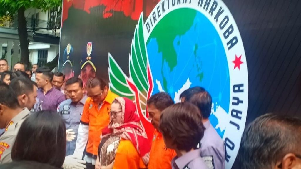Polisi Hadirkan Nunung Berbaju Tahanan dalam Konferensi Pers
